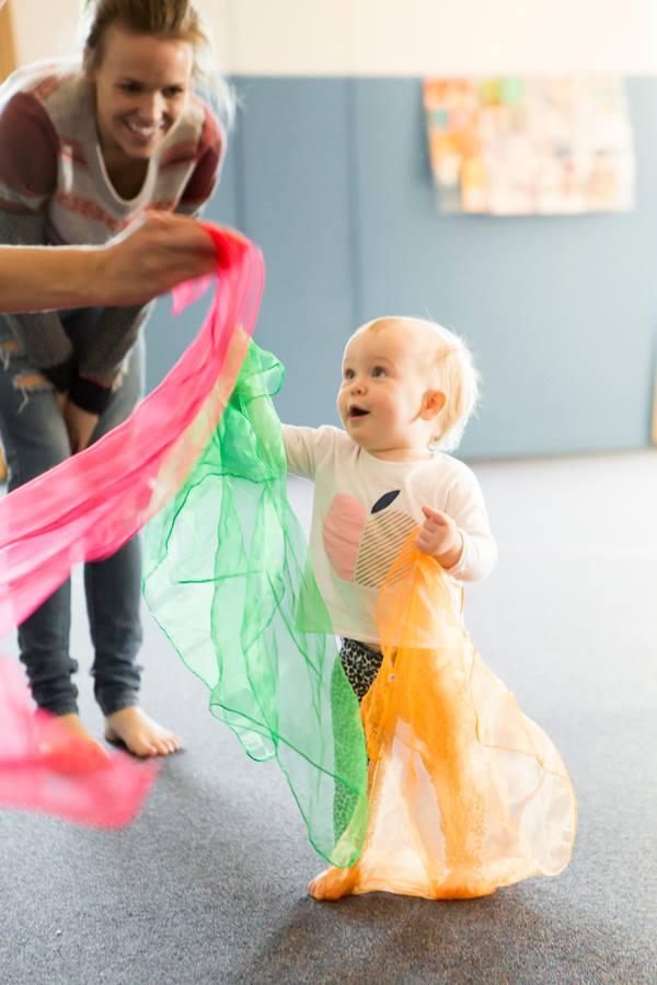 Atelier de muzică și dans cu eșarfe colorate